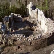 Общий вид руин храма-монастыря до реставрации